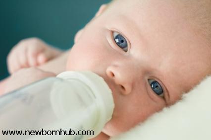 Formula-feeding a newborn at NewbornHub.com